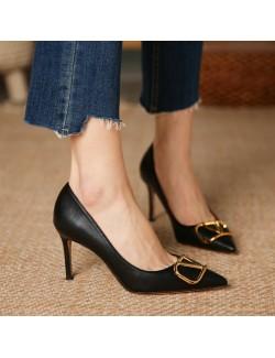 chaussures à talons bas noirs décoration lettre V en métal