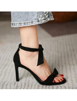 Sandales à talons bas en daim noires à brides avec nœud