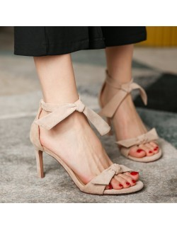 Sandales à talons bas en daim nude